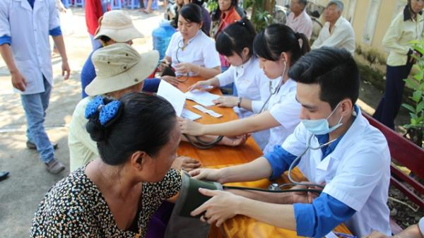 Bộ Y tế đưa 7 bác sĩ tình nguyện đầu tiên về vùng khó khăn