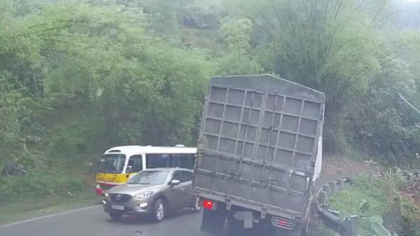 Clip: Xe con vượt ẩu tạt đầu xe bus, dồn ép xe tải ra tận mép vực
