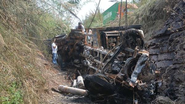Kinh hãi xe container lao xuống vệ đường, bùng cháy dữ dội