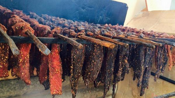 Thịt lợn treo gác bếp - món ăn độc đáo của đồng bào Bắc Kạn