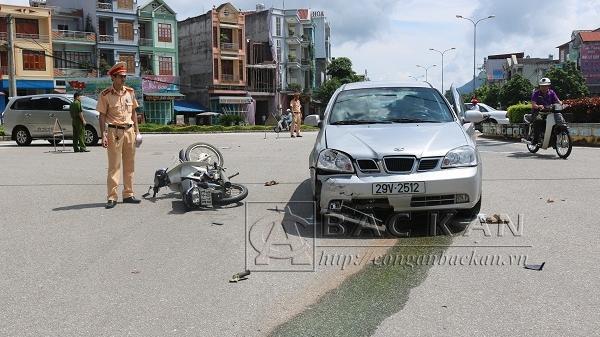 Bắc Kạn: Vụ tai nạn kinh hoàng xe máy đấu đầu ô tô