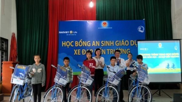 """Trao """"Học bổng An sinh giáo dục - Xe đạp đến trường"""" cho học sinh Ngân Sơn"""