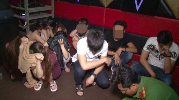 """Vĩnh Long: Phát hiện gần 100 'Cậu ấm cô chiêu"""" chơi ma tuý, nhảy múa điên cuồng trong quán karaoke"""