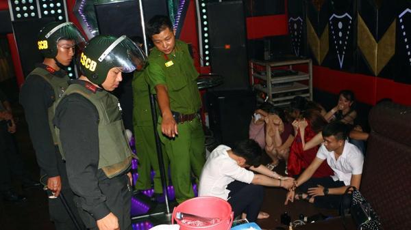 Vĩnh Long: Phát hiện hơn 100 người trong đó có viên chức chơi ma tuý, nhảy múa trong quán karaoke