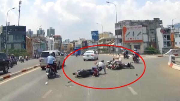 Gây tai nạn liên hoàn, nam thanh niên vội tìm dép rồi lái xe bỏ chạy