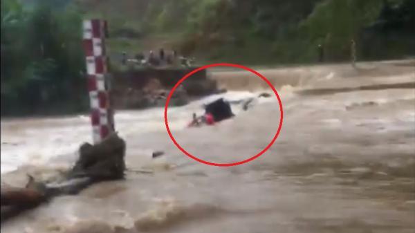 Bắc Kạn: Liều mạng lái xe vượt lũ, người đàn ông bị cuốn phăng