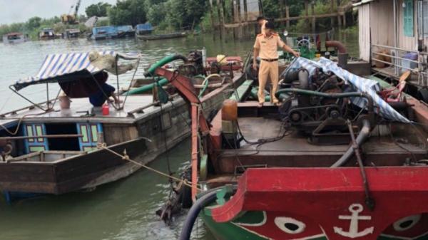 An Giang: Bắt quả tang 2 phương tiện và gần chục người đang bơm hút cát trên sông Tiền