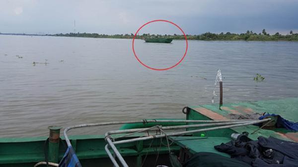 Phát hiện bốn sà lan 'khủng' rút ruột sông giữa trưa, 3 sà lan chạy thoát về hướng Vĩnh Long