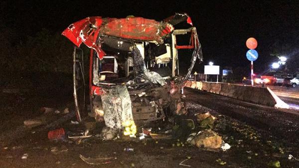Tai nạn kinh hoàng: Xe khách lao vào đuôi ô tô tải, 12 người trọng thương