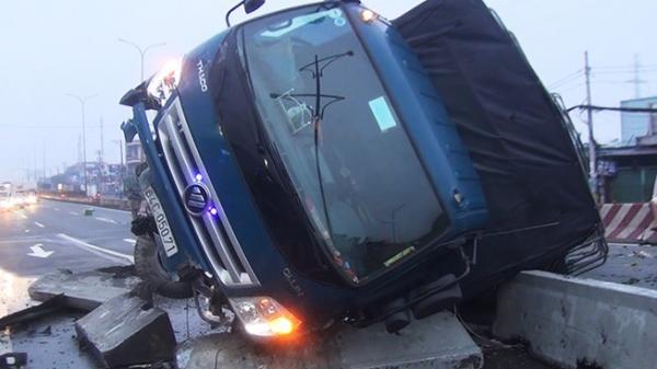 Xe tải mang BKS Vĩnh Long lật trên Quốc lộ 1A trong mưa, tài xế phụ xe mắc kẹt