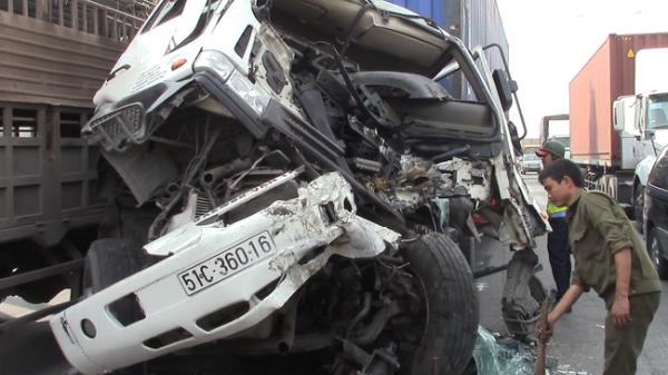 2 chiếc container va chạm kinh hoàng: Đầu xe nát vụn, bánh xe văng ra ngoài