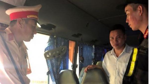 Quảng Ninh: Kiểm tra xe khách, phát hiện thuốc lá lậu và vũ khí trái phép