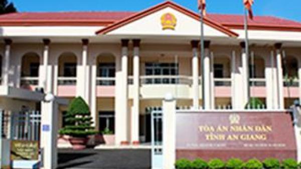 Tòa án nhân dân tỉnh An Giang xuất hiện 2 vết đạn?