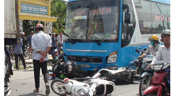 Kinh hoàng: Xe giường nằm húc xe container, tông hàng loạt xe máy