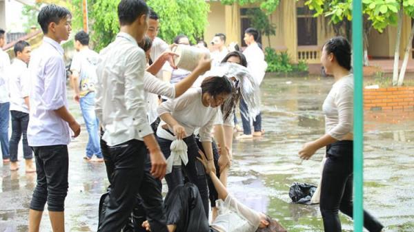 Đang chụp ảnh kỷ yếu bỗng trời Nam Định bỗng đổ mưa, học sinh có bộ ảnh siêu lầy