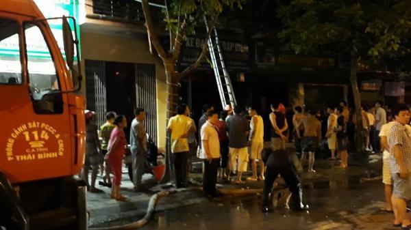Thái Bình: Cháy cửa hàng xe máy, nghẹt thở giải cứu 3 mẹ con mắc kẹt