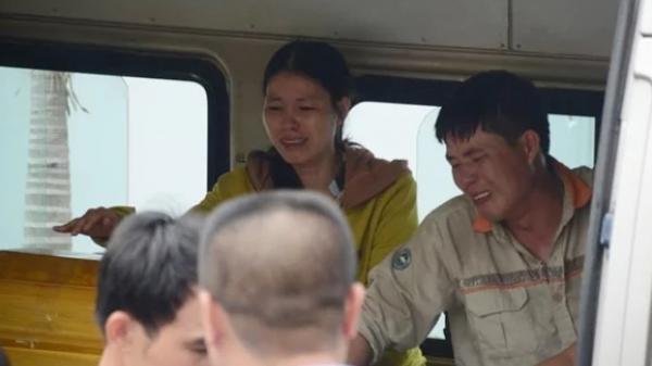 Bố ôm chặt quan tài 3 mẹ con tử nạn gào khóc, bác sĩ xót xa: Chưa từng thấy tai nạn nào thương tâm thế