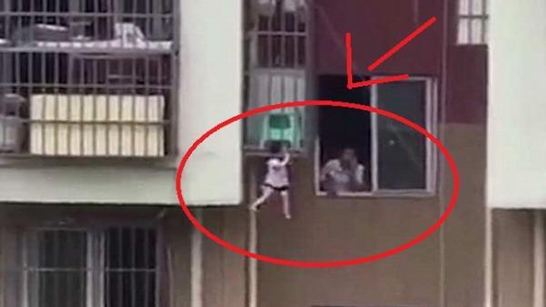Bé 2 tuổi treo lơ lửng giữa khung sắt ở độ cao 9 m, hàng xóm 'làm ngơ'