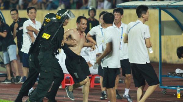 Cảnh sát phải lao vào sân bắt 'hooligan' ở trận Nam Định hòa Thanh Hóa