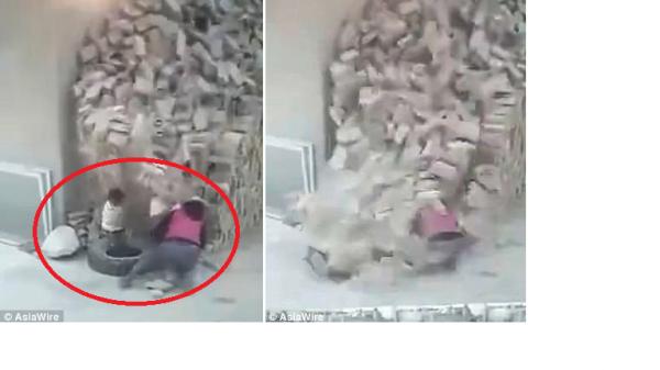 Clip: Theo mẹ đến công trường xây dựng, hai đứa trẻ bị cả đống gạch đổ ập xuống người