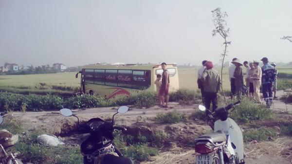 Thái Bình: Xe khách lao xuống ruộng, 3 người bị thương