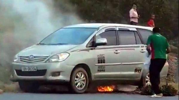 CLIP: Đang di chuyển, xe Innova BKS Nam Định bỗng dưng bốc cháy