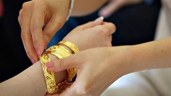 Sau lời nói cay đắng của mẹ chồng, cô dâu tháo vàng trả ngay trong đám cưới