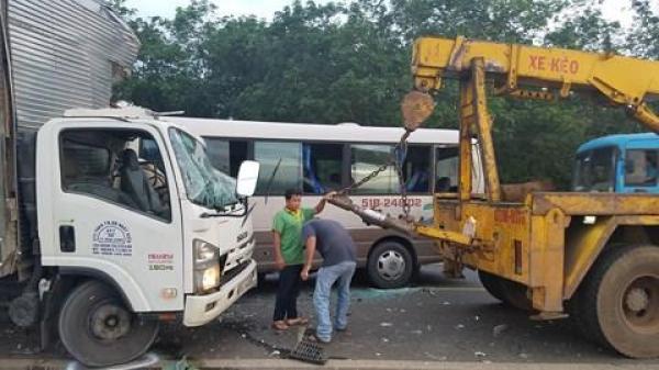 Tai nạn kinh hoàng giữa xe khách và xe tải khiến 18 người nhập viện cấp cứu