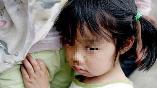 Chết lặng khi nghe con gái 5 tuổi kể về tình nhân của vợ cũ: Mẹ không có nhà, chú toàn bắt con ngủ cùng