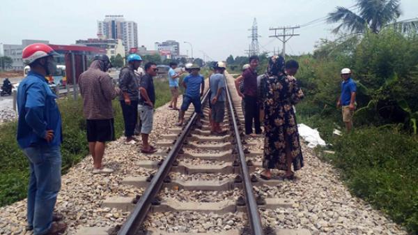 Băng qua đường ray, đôi nam nữ bị tàu hỏa tông tử vong