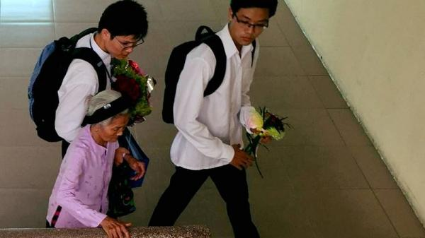 Nam sinh Thái Bình xúc động đưa ông bà 80 tuổi tới lễ tốt nghiệp