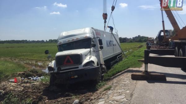 Thái Bình: Tự gây tai nạn, xe container lao xuống ruộng lúa