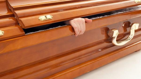 """Khó tin: """"Người chết"""" bỗng xuất hiện trở về ở đám tang của chính mình"""