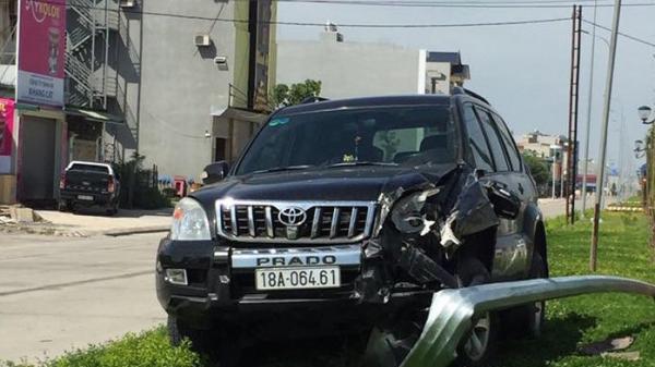 Xế hộp mang BKS Nam Định lao lên dải phân cách gây tai nạn nghiêm trọng