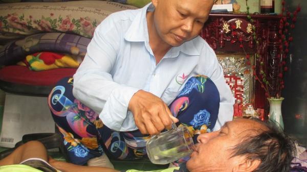 Cảm động người vợ ung thư rụng hết tóc, ước mong ngày cuối đời có một bữa no cùng chồng bại liệt