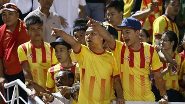 Nóng: CĐV Nam Định nhảy xuống sân đòi xử cầu thủ đội chủ nhà