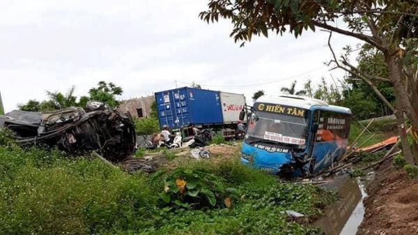 Thái Bình:  Kì lạ xe khách, xe con bay khỏi đường, 2 người chết