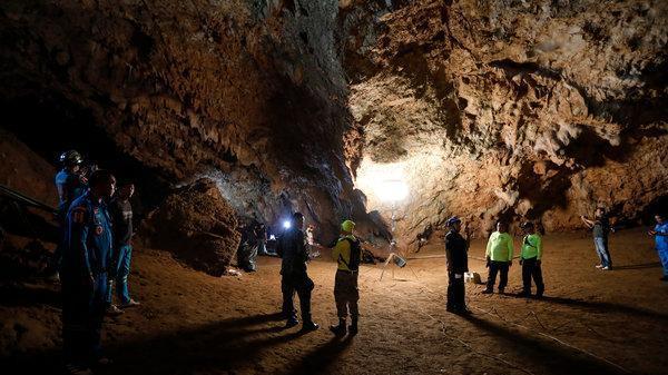 Huấn luyện viên 25 tuổi cùng đội bóng 12 người bị mất tích trong hang động