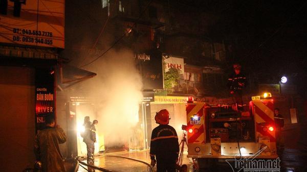 Nóng: Cháy lớn trong đêm, hàng chục người bị mắc kẹt
