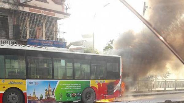 Nắng nóng: Xe buýt đang chở khách trên đường bỗng bốc khói dữ dội