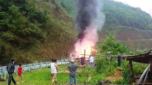 Bắc Kạn: Xe bồn chở xăng bốc cháy dữ dội trên đèo Áng Tòng