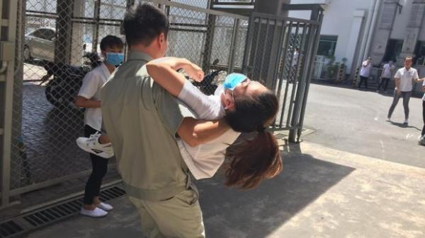 NÓNG: Hàng chục công nhân lăn ra ngất xỉu khi bước vào ca làm, nhiều người khác phải sơ tán
