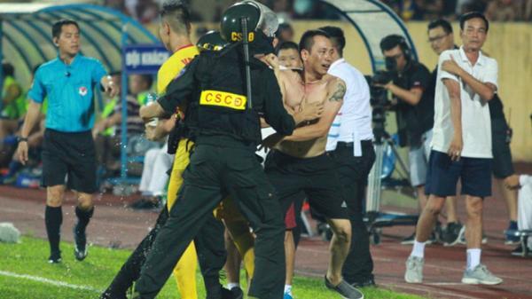 CĐV Nam Định vây trọng tài trong sân sau trận thua SLNA vì...