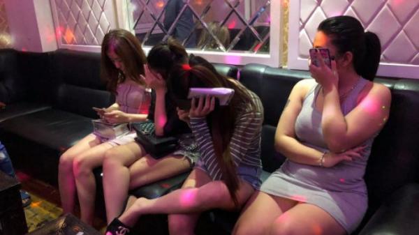 Bất ngờ bắt quả tang 16 nam nữ phê ma túy trong quán karaoke