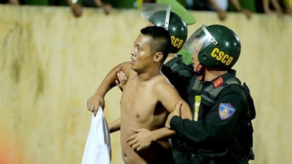 NÓNG: Ban Kỷ luật VFF sẽ xem xét tình huống trên sân Nam Định