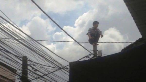 """Nam thanh niên bị nghi ngáo đá đi trên dây điện la lớn """"sợ bị giang hồ chém"""""""