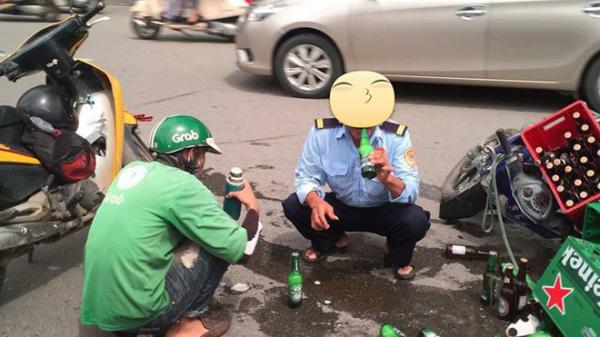 Hai người đàn ông nhiệt tình đỡ giúp xe chở bia gặp nạn, còn uống giúp luôn mấy chai vỡ cho khỏi lãng phí