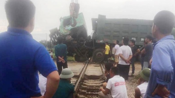 KINH HOÀNG: Qua đường sắt bị chết máy, xe hổ vồ bị tàu khách tông biến dạng