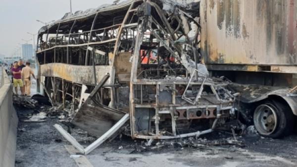 KINH HOÀNG: Húc đuôi xe container, ô tô khách 47 chỗ bốc cháy dữ dội