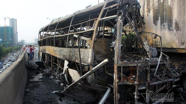 Xe khách tông vào container rồi cháy rụi khiến thai phụ tử vong thương tâm